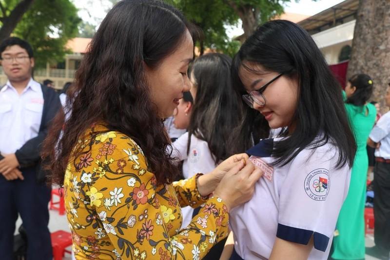 Nữ sinh THPT Lê Quý Đôn rạng ngời trong lễ tri ân           - ảnh 12