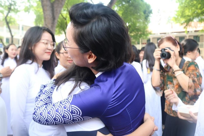 Nữ sinh THPT Lê Quý Đôn rạng ngời trong lễ tri ân           - ảnh 13