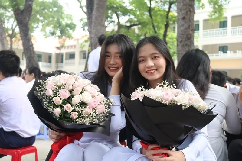 Nữ sinh THPT Lê Quý Đôn rạng ngời trong lễ tri ân           - ảnh 14
