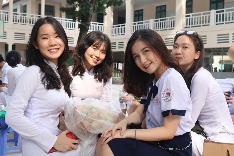 Nữ sinh THPT Lê Quý Đôn rạng ngời trong lễ tri ân           - ảnh 9