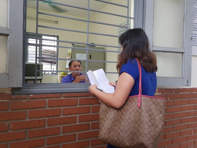 Phụ huynh hớt hải đến trường bổ sung giấy tờ cho con  - ảnh 2