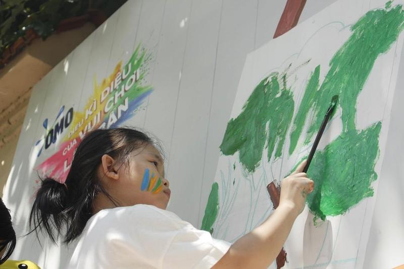 50 học sinh tiểu học chung tay vẽ bức tranh 'siêu to khổng lồ' - ảnh 2