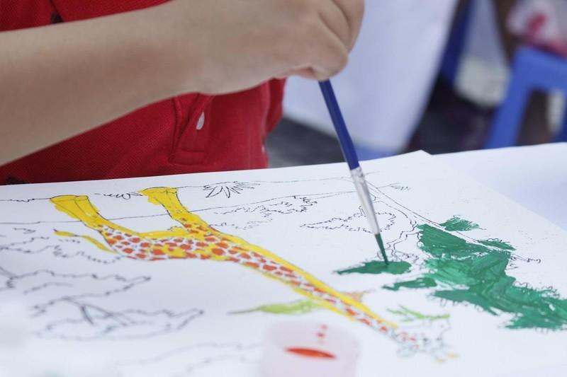 50 học sinh tiểu học chung tay vẽ bức tranh 'siêu to khổng lồ' - ảnh 4