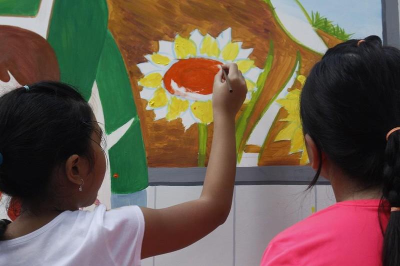 50 học sinh tiểu học chung tay vẽ bức tranh 'siêu to khổng lồ' - ảnh 7