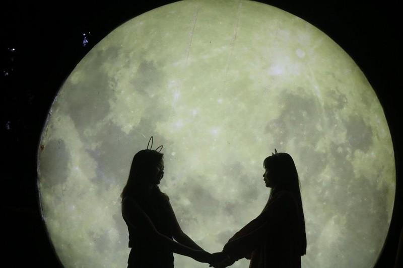 Ùn ùn 'check in' lễ hội ánh sáng đầu tiên ở Đắk Lắk - ảnh 10