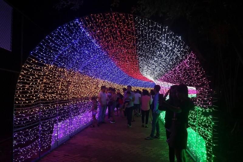 Ùn ùn 'check in' lễ hội ánh sáng đầu tiên ở Đắk Lắk - ảnh 1