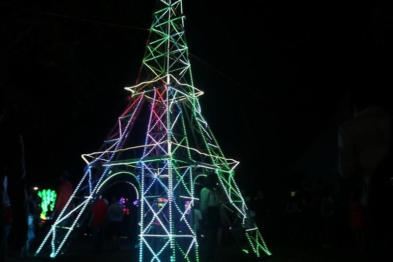 Ùn ùn 'check in' lễ hội ánh sáng đầu tiên ở Đắk Lắk - ảnh 2