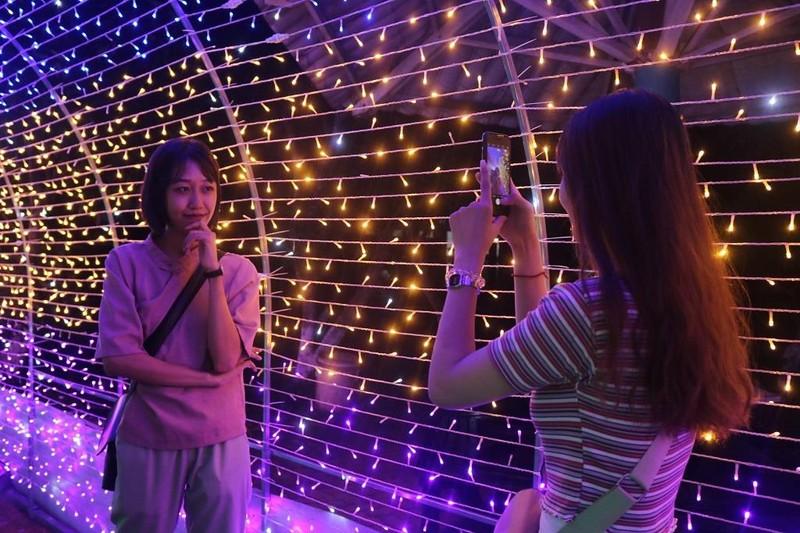 Ùn ùn 'check in' lễ hội ánh sáng đầu tiên ở Đắk Lắk - ảnh 4