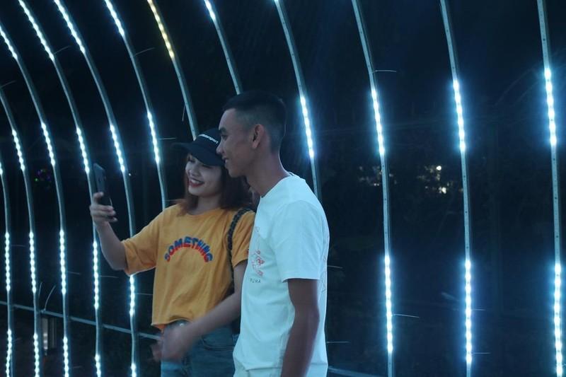 Ùn ùn 'check in' lễ hội ánh sáng đầu tiên ở Đắk Lắk - ảnh 5