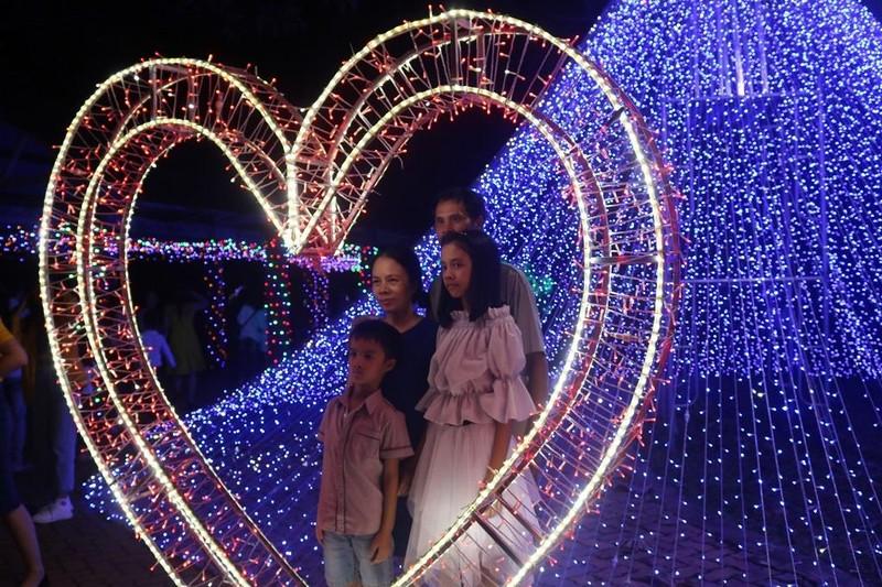Ùn ùn 'check in' lễ hội ánh sáng đầu tiên ở Đắk Lắk - ảnh 6