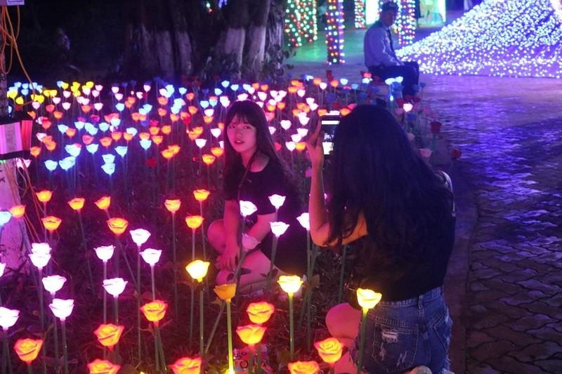 Ùn ùn 'check in' lễ hội ánh sáng đầu tiên ở Đắk Lắk - ảnh 7