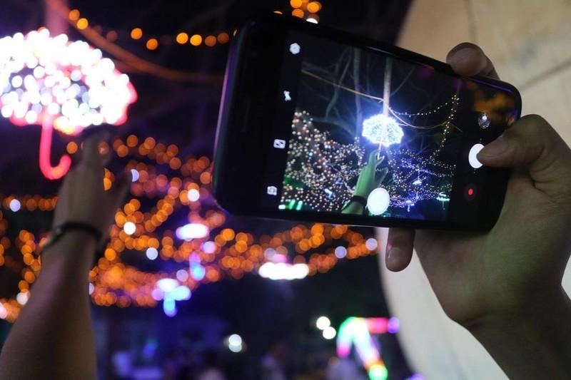 Ùn ùn 'check in' lễ hội ánh sáng đầu tiên ở Đắk Lắk - ảnh 8