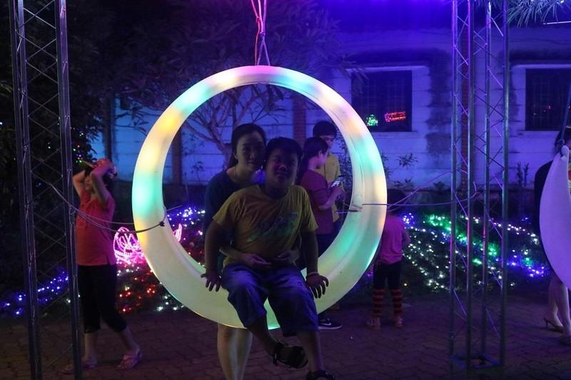 Ùn ùn 'check in' lễ hội ánh sáng đầu tiên ở Đắk Lắk - ảnh 9