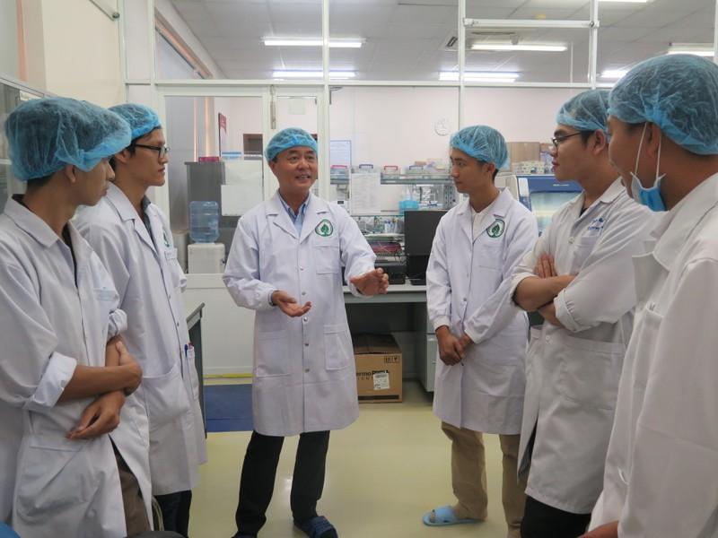 Cùng thầy trò GS Nguyễn Văn Thuận chờ 'khai sinh' bò nhân bản - ảnh 1