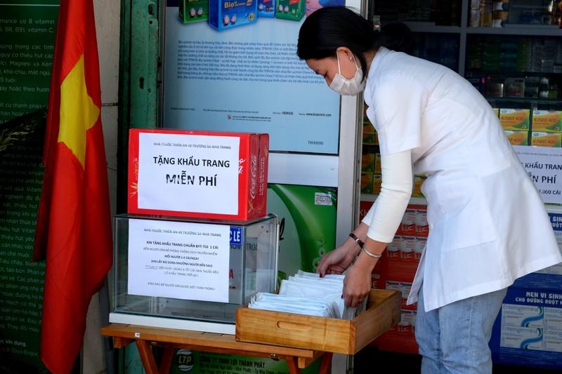 1 nhà thuốc ở Nha Trang cấp miễn phí 7.000 khẩu trang - ảnh 1