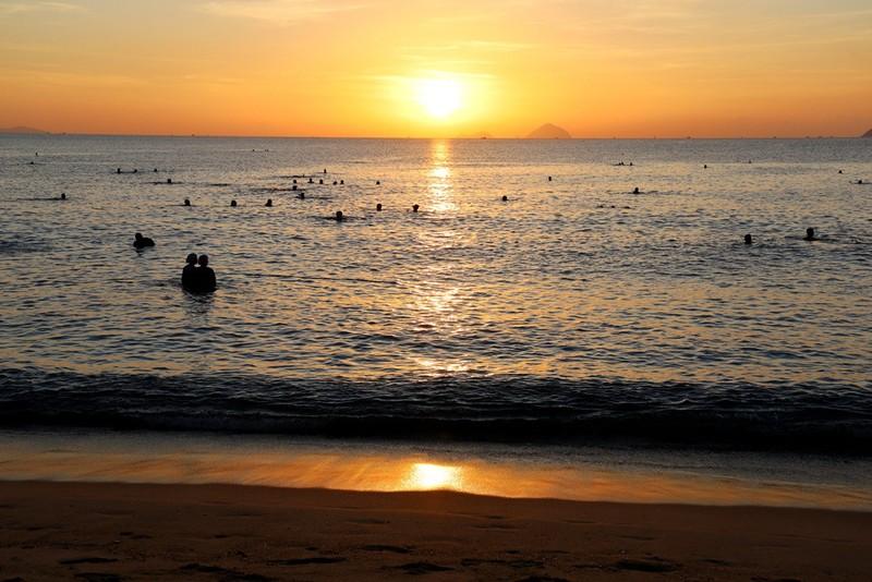 Biển Nha Trang bình yên ngày mở cửa lại - ảnh 1