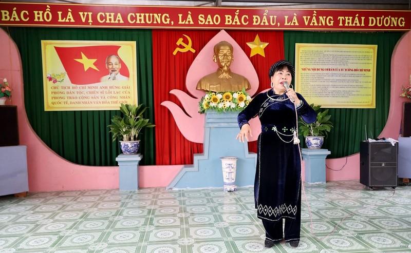 Hàng trăm người dâng hoa tại Khu tưởng niệm Bác Hồ ở Nha Trang - ảnh 3