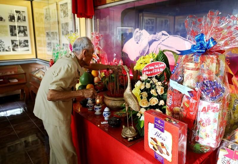 Hàng trăm người dâng hoa tại Khu tưởng niệm Bác Hồ ở Nha Trang - ảnh 2