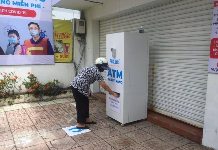 Người dân vui vẻ cảm ơn cha đẻ cây ATM khẩu trang - ảnh 1