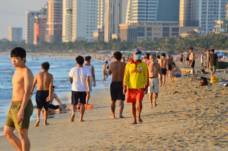 Người dân Đà Nẵng vui mừng được đi tắm biển  - ảnh 1