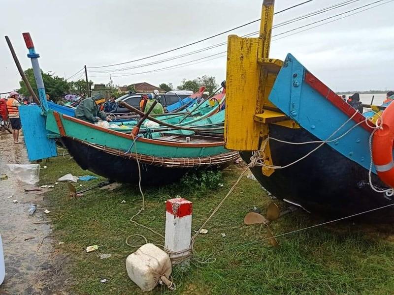 Ngư dân đưa thuyền đi biển lên ruộng cứu đồng bào vùng lũ - ảnh 4
