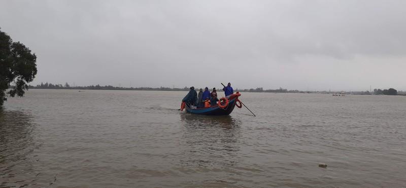 Ngư dân đưa thuyền đi biển lên ruộng cứu đồng bào vùng lũ - ảnh 5