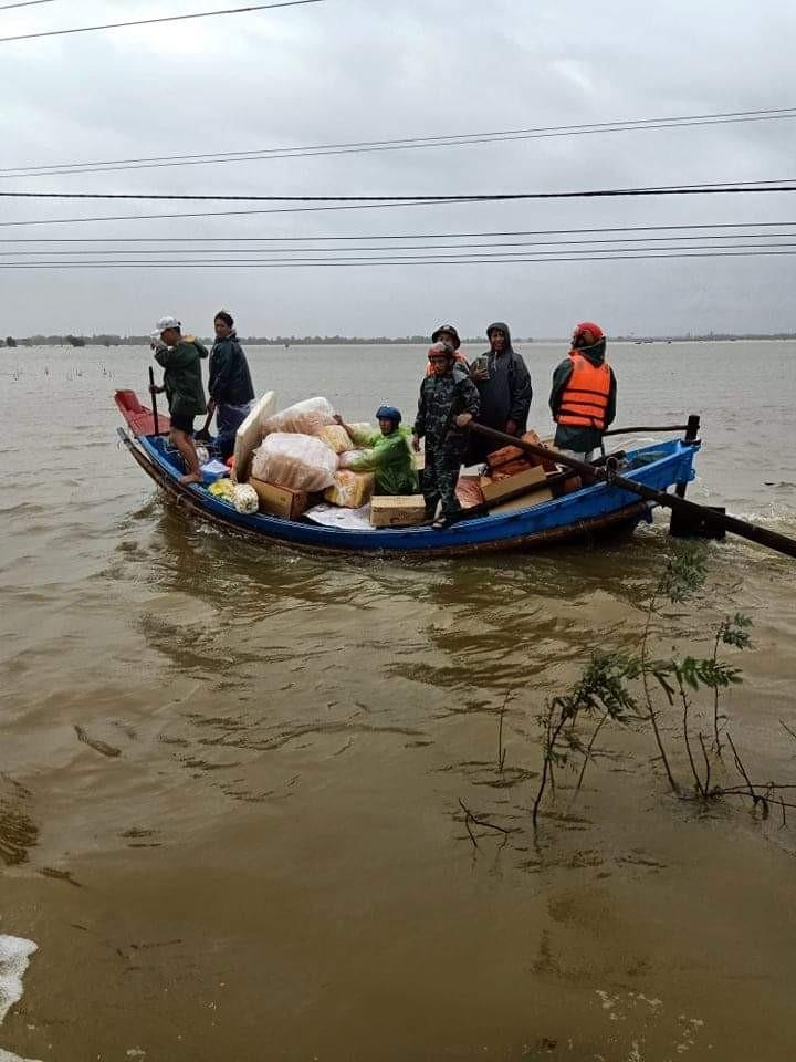 Ngư dân đưa thuyền đi biển lên ruộng cứu đồng bào vùng lũ - ảnh 2