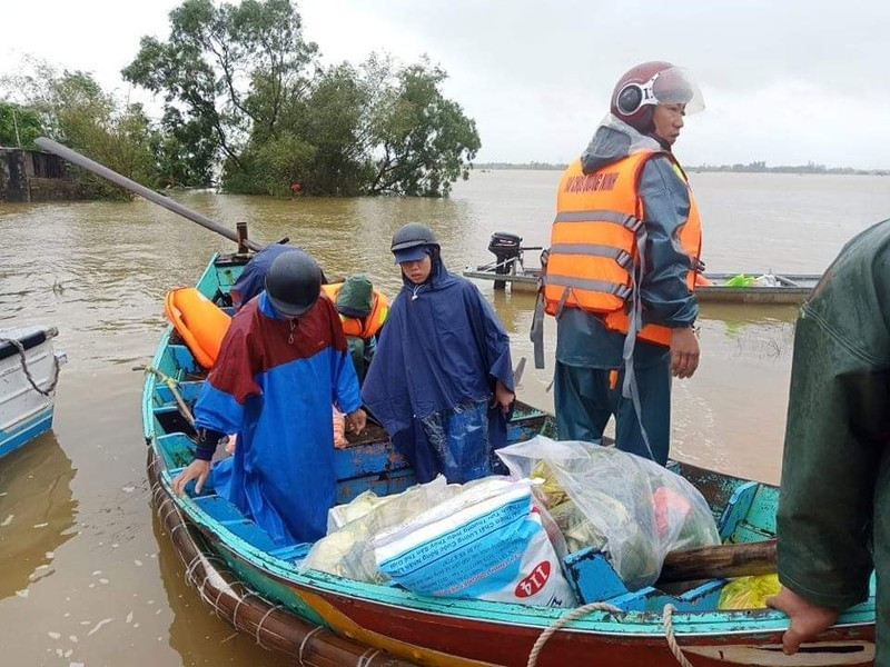 Ngư dân đưa thuyền đi biển lên ruộng cứu đồng bào vùng lũ - ảnh 3