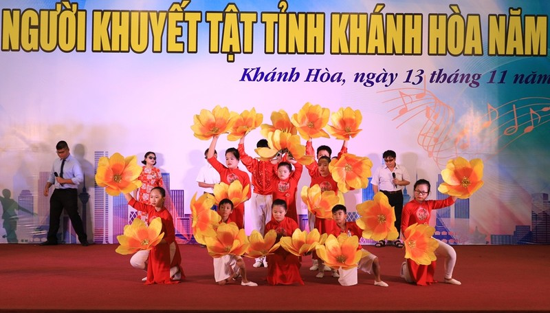 Xúc động xem người khuyết tật Khánh Hòa múa hát - ảnh 1