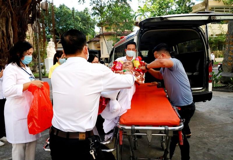 Xúc động 6 chuyến xe 0 đồng chở bệnh nhân về ăn Tết - ảnh 1