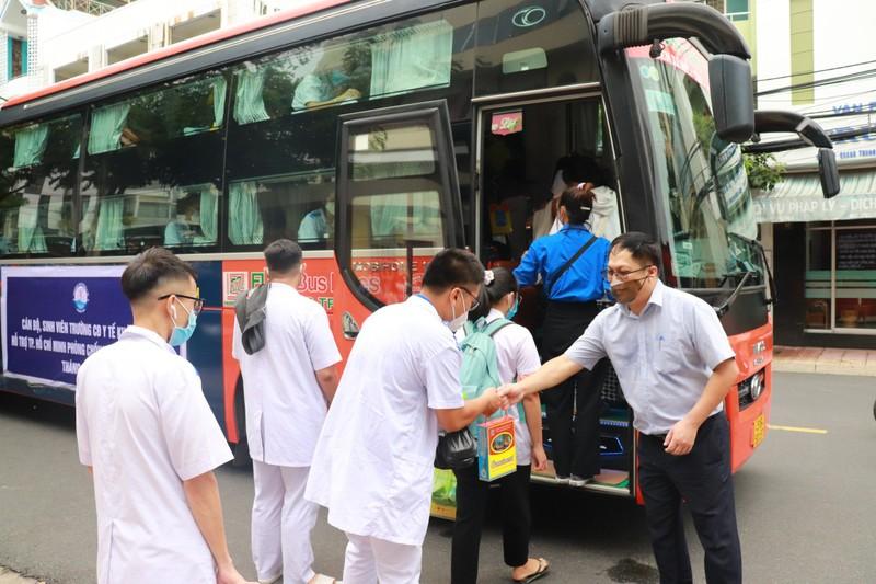 70 sinh viên Cao đẳng Y tế Khánh Hòa vào TP.HCM hỗ trợ chống dịch - ảnh 3