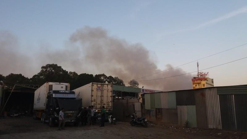 Hàng trăm cảnh sát dập đám cháy xưởng gỗ ở Thủ Đức - ảnh 10