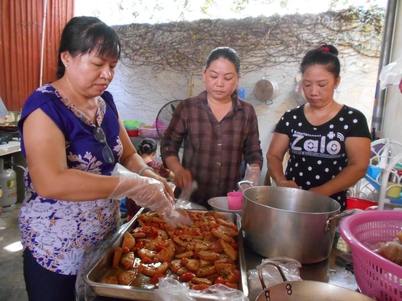 Xúc động chùm ảnh cả phường quây quần nấu cơm cho người nghèo - ảnh 3