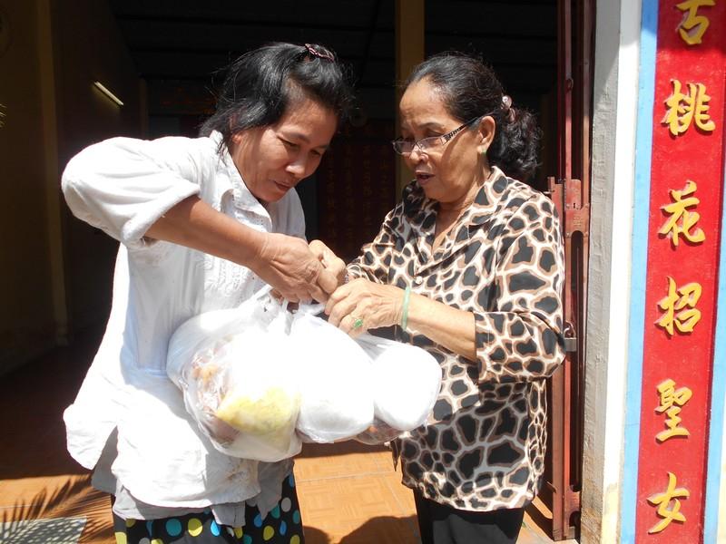 Xúc động chùm ảnh cả phường quây quần nấu cơm cho người nghèo - ảnh 9