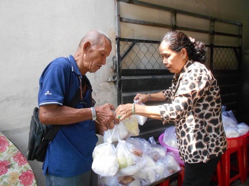 Xúc động chùm ảnh cả phường quây quần nấu cơm cho người nghèo - ảnh 8