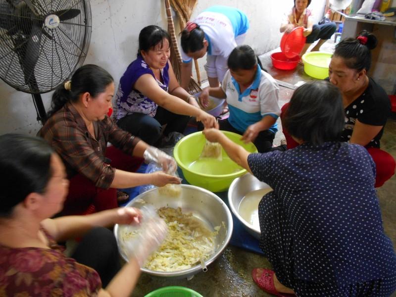 Xúc động chùm ảnh cả phường quây quần nấu cơm cho người nghèo - ảnh 6
