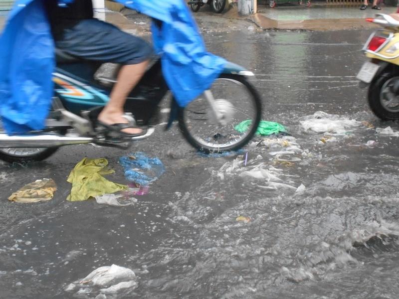 Đường Sài Gòn ngập rác, dòng nước đen ngòm sau mưa - ảnh 2