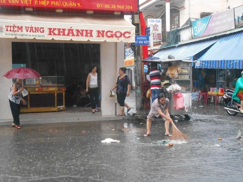 Đường Sài Gòn ngập rác, dòng nước đen ngòm sau mưa - ảnh 3
