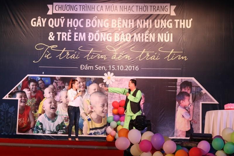 Nghệ sĩ Thanh Nam (bên phải anh) cũng góp mặt trong chương trình, diễn minh họa cho ca khúc