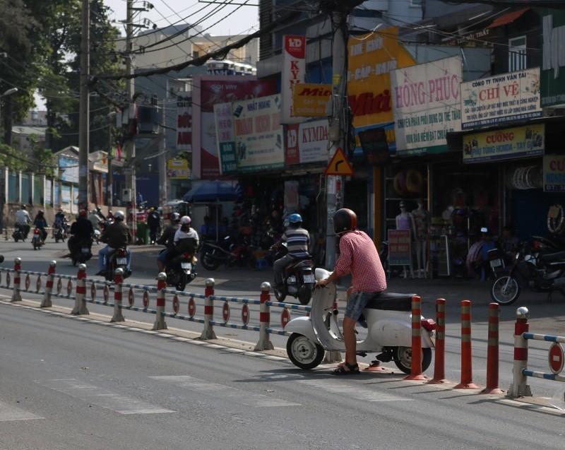 Vô tư băng qua đường mặc hàng rào chắn - ảnh 11