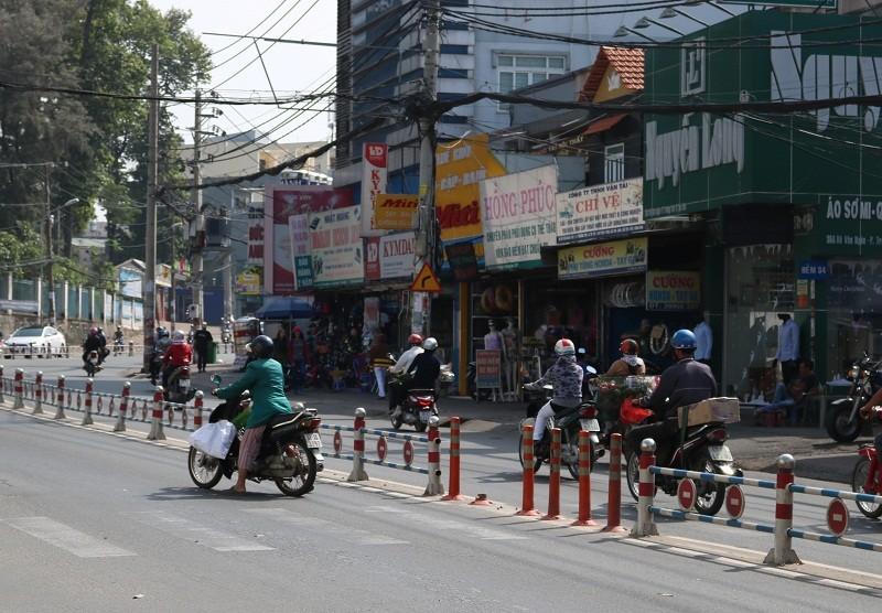 Vô tư băng qua đường mặc hàng rào chắn - ảnh 10