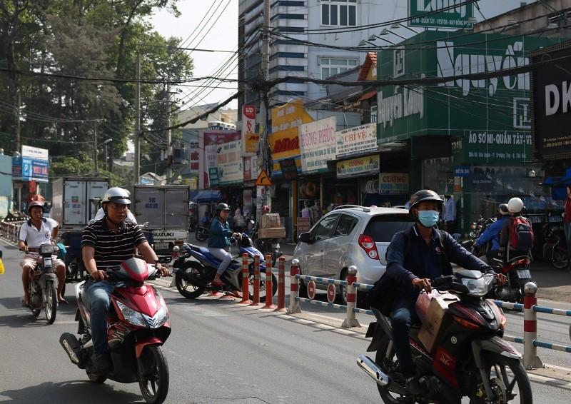 Vô tư băng qua đường mặc hàng rào chắn - ảnh 9