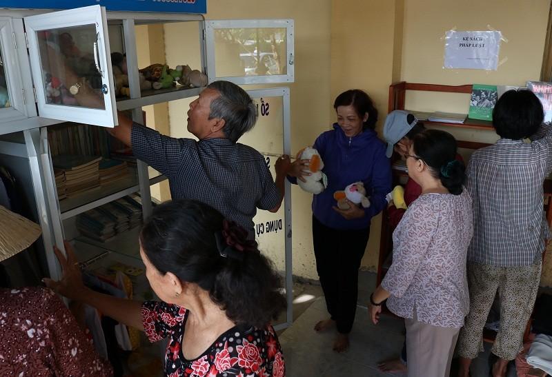 Người dân quận 2 háo hức với tủ đồ miễn phí - ảnh 8