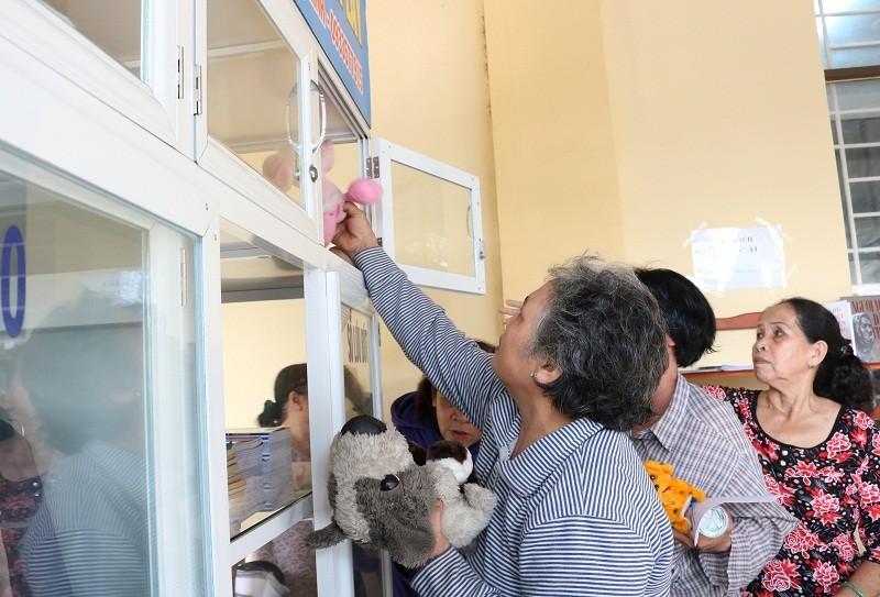 Người dân quận 2 háo hức với tủ đồ miễn phí - ảnh 12
