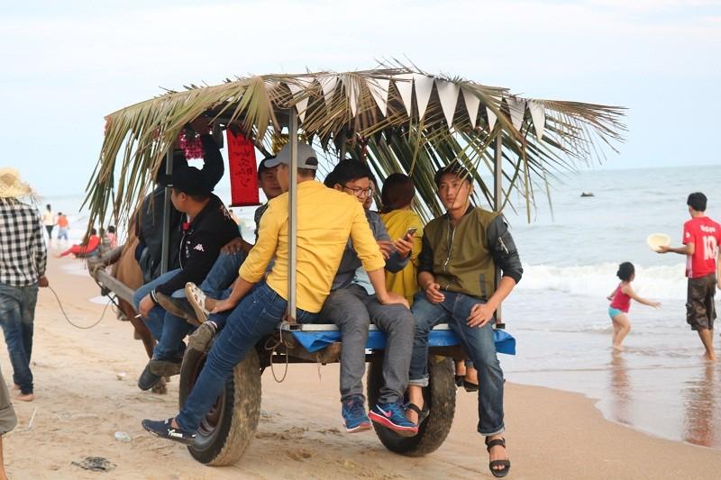 Biển Cam Bình được du khách ưa chuộng mùa Tết - ảnh 17
