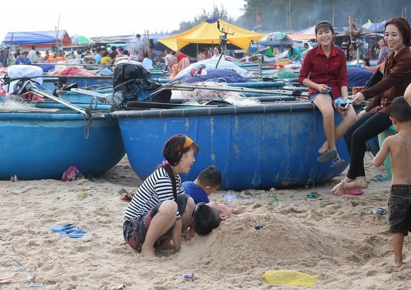 Biển Cam Bình được du khách ưa chuộng mùa Tết - ảnh 15