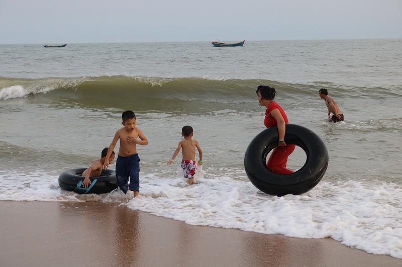 Biển Cam Bình được du khách ưa chuộng mùa Tết - ảnh 13