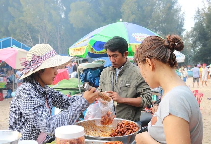 Biển Cam Bình được du khách ưa chuộng mùa Tết - ảnh 4