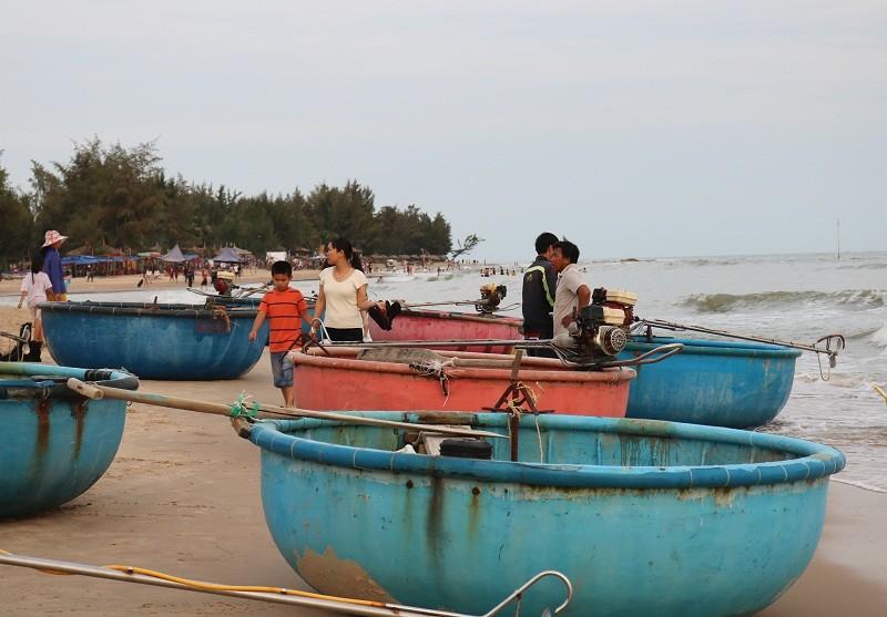Biển Cam Bình được du khách ưa chuộng mùa Tết - ảnh 11