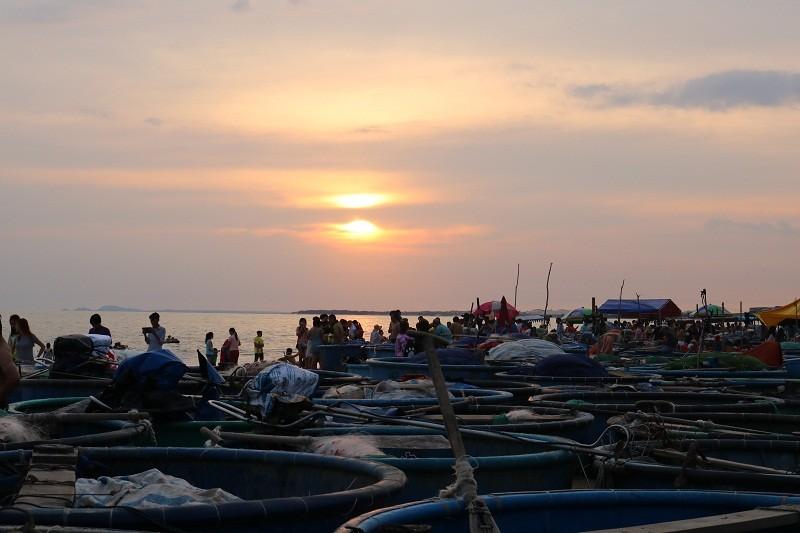 Biển Cam Bình được du khách ưa chuộng mùa Tết - ảnh 7
